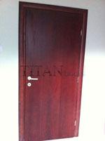 Махагонов лак, нанесен върху фурирована интериорна врата