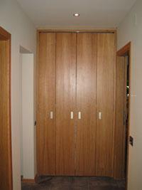 Сгъваема врата тип хармоника за гардеробно помещение, без релси със скрити панти