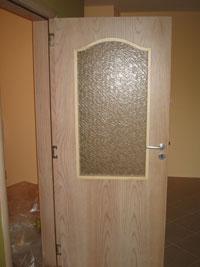 Врата с осткление в горната част на крилото