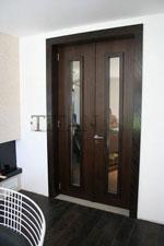 Фурнирована преходна врата от две части с остъклени крила