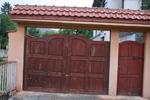 изработка на дървена плътна порта