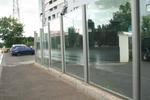 изграждане на стъклени огради за автокъщи