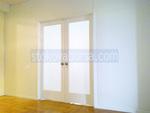 toma apertura cristal de la puerta con dos hojas de la puerta de vidrio