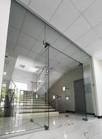 γυάλινη πόρτα με το άνοιγμα δύο πτέρυγες